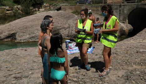 Agents de salut donant consells a banyistes a la Ribera Salada.