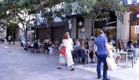 Les terrasses obren a Lleida des de primera hora mentre la majoria de comerços segueixen amb cita prèvia