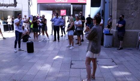 Una vintena d'hostalers es concentren a la plaça Paeria de Lleida per reclamar poder obrir a l'interior