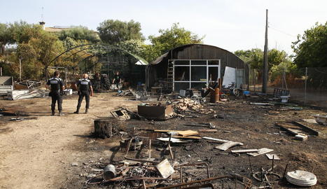 En l'extinció de les flames van participar quatre dotacions.