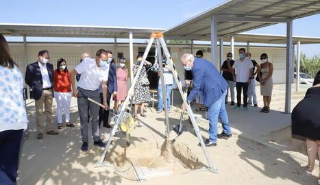 El conseller d'Educació i l'alcalde, Miquel Pueyo, col·loquen la primera pedra de l'escola Pinyana.