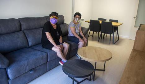 Dos usuàries del Grup Alba visiten la nova llar residència on viuran a partir del setembre.