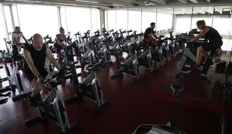 Classe de spinning al Trèvol, amb prou espai entre les bicicletes com per respectar les distàncies mínimes exigides.
