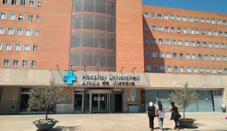 Tres persones dirigint-se ahir a l'hospital Arnau de Vilanova de Lleida.