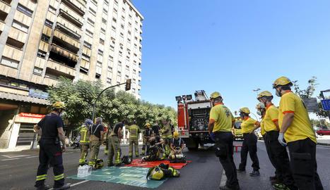 Gran desplegament dels serveis d'emergències després de declarar-se ahir a la tarda un incendi en un pis de la plaça Espanya.