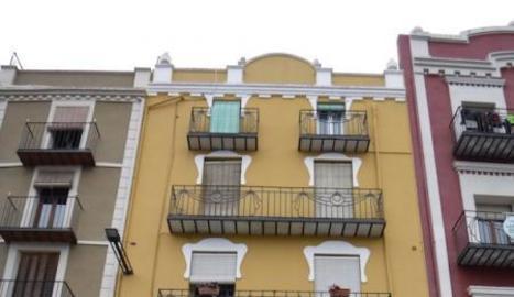 La façana de l'establiment a la plaça Mercadal de Balaguer.