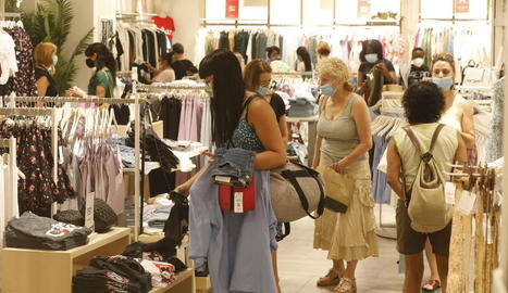 Clients comprant en un establiment de l'Eix Comercial de Lleida.