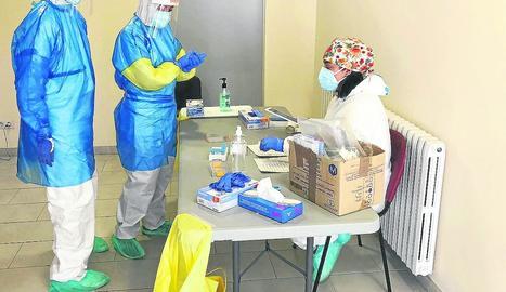 Un professional sanitari a l'interior de la carpa del CUAP de Prat de la Riba.