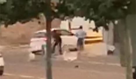 El jove va sortir del cotxe i va agredir un veí per després envestir-ne d'altres a la terrassa.