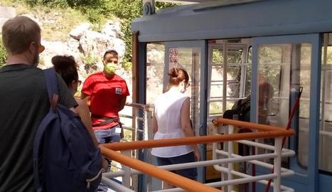 Alguns dels viatgers que ahir van estrenar la temporada estival al telefèric de la vall Fosca.