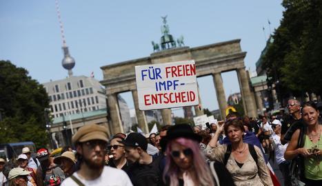Manifestants contra les restriccions pel coronavirus, ahir, a Berlín.