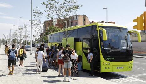 Passatgers al pujar a l'autocar ahir a la tarda a Lleida després del segon sabotatge al tren.