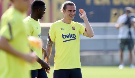 Dembélé i Griezmann fan broma durant l'entrenament del FC Barcelona.