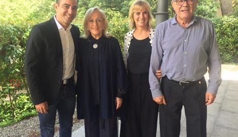 La presentadora, entre els pares de Xavi Hernández i el futbolista.