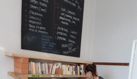 El punt de lectura, al vestíbul del pavelló.