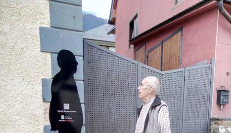 Hipólito Socasau i Dionisia Sánchez, al costat de les seues siluetes a mida real instal·lades als carrers d'Es Bòrdes.