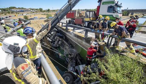 Espectacular rescate de un camionero que ha sufrido una salida de vía en Alcoletge