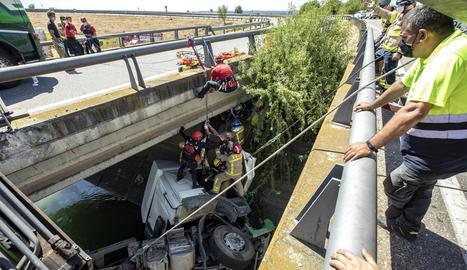 Moment en què van poder rescatar el camioner ferit després de passar quatre hores atrapat a la cabina.