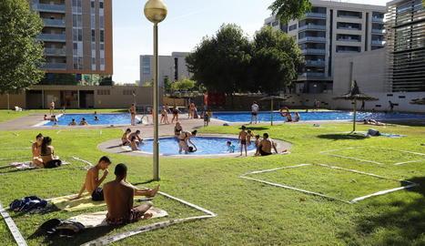 Imatge de les piscines de Cappont ahir a la tarda amb separadors a terra que garanteixen els dos metres de distància de seguretat.