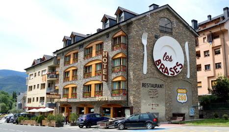 Imatge d'arxiu de la façana d'un hotel de Sort.
