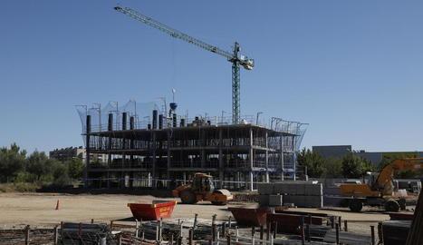 Imatge de les obres d'un nou bloc d'edificis al barri de la Bordeta.