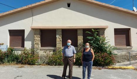 L'alcalde de Cubells, Josep Regué, i la regidora Ma. Àngels Tolosa davant d'una de les cases que ofereix l'ajuntament a les famílies nouvingudes.