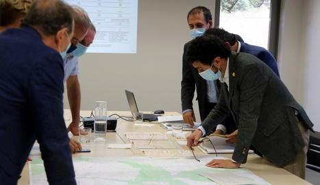 Calvet (primer per la dreta) presentant les alternatives per a la millora de Comiols.