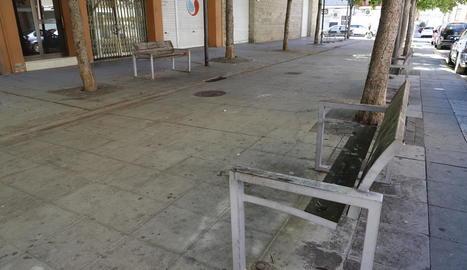 El pèssim estat en el qual es troben els bancs del carrer Àger.
