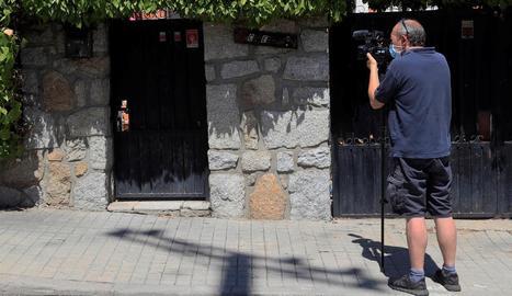 Un periodista pren imatges de la casa de la víctima.