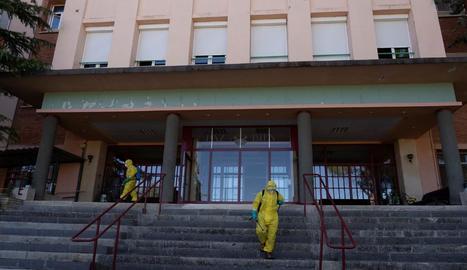 Bombers desinfectant la residència de Burbáguena.