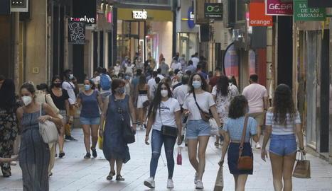 El carrer Major ahir a la tarda va presentar una bona afluència de gent malgrat la calor.
