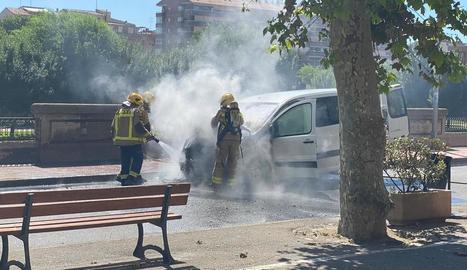 Un foc calcina una furgoneta al carrer de la Banqueta de Balaguer