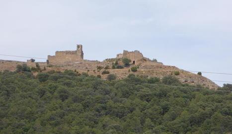 El castell i l'església medievals de Lladurs, al Solsonès.