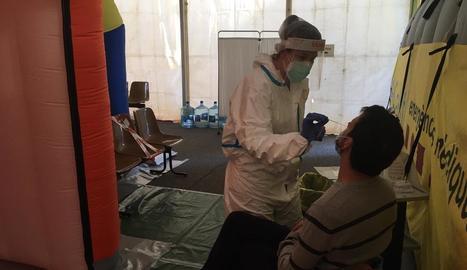 Una sanitària practica una prova PCR a la carpa del CUAP.
