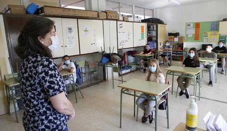 Una aula d'un col·legi de la capital al juny, amb els alumnes i la docent amb mascareta.