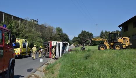 El camió es va enganxar amb un cable de telefonia que creua la carretera de Castellbò.
