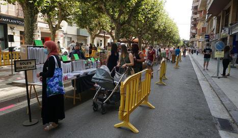 El Mercat de les Rebaixes es va celebrar ahir al passeig de l'Estació amb 18 parades.