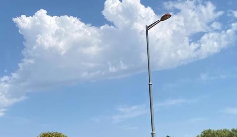 Ferida al bolcar a l'avinguda Pinyana - Una conductora va resultar ferida de caràcter lleu ahir al migdia al bolcar el turisme que conduïa a l'avinguda Pinyana, a Balàfia. L'accident es va produir a les 12.18 hores quan va xocar contra un  ...