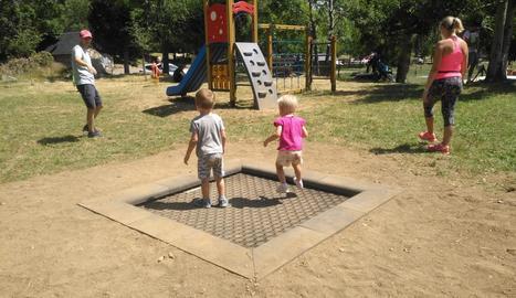Nens jugant al nou parc del Pla de l'Ermita.