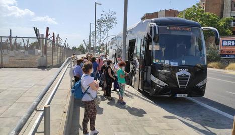 El grup de turistes arribat amb AVE des de Madrid, abans d'agafar el bus per anar a la Val d'Aran.