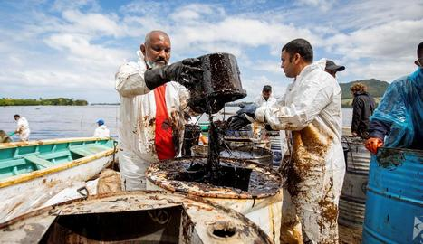 Tasques de neteja davant les costes de Maurici, ahir.