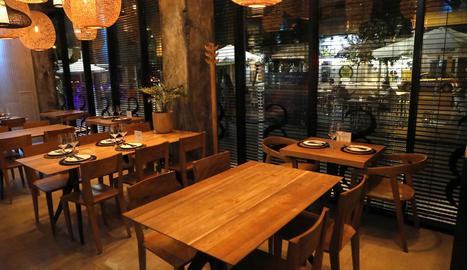Un restaurant de Lleida, preparat per obrir a l'interior.