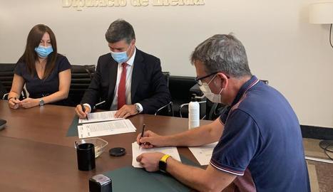 El president de la Diputació, Joan Talarn (dreta), al firmar ahir el crèdit de deu milions.