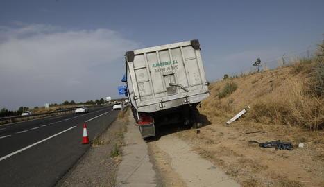 El camió, que va perdre una roda posterior, després del sinistre.