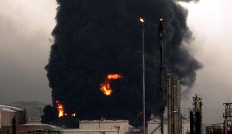 Imatge de la columna de fum provocada per l'incendi.