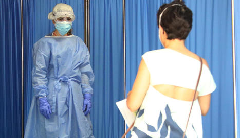 Una sanitària rep una pacient que se sotmetrà a un test PCR, ahir, a Vilafranca del Penedès.