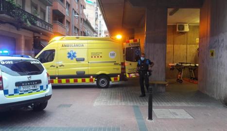 Una ambulància, al carrer Comerç, va traslladar el jove a l'hospital.