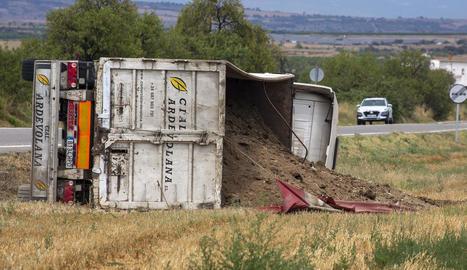 Imatge del camió carregat de gallinassa bolcat ahir al migdia.
