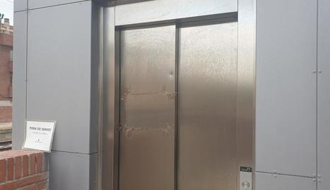 Un dels dos ascensors que no funcionen.