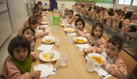Alumnes al menjador de l'escola Maria-Mercè Marçal de Tàrrega el curs passat.